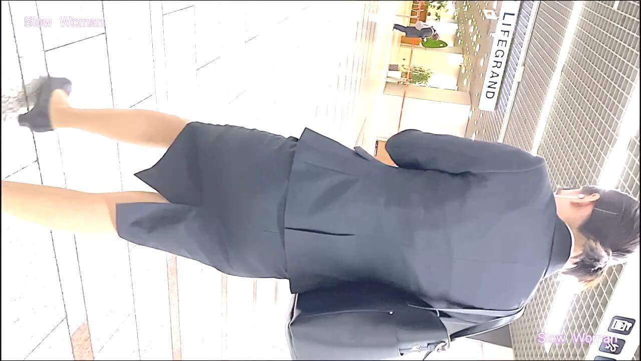 リクルートスーツの女性に背後から近づく