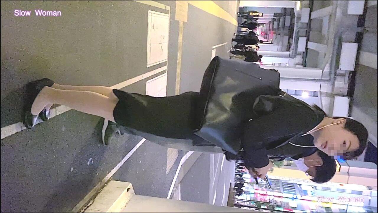 リクルートスーツを着た綺麗な女性