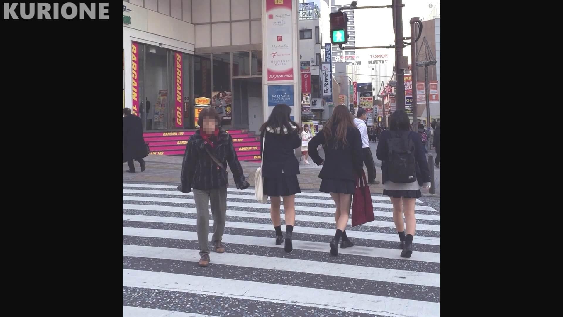 横断歩道を渡るJK三人組
