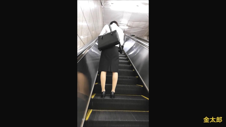 エスカレーターを昇る女性を背後から撮影