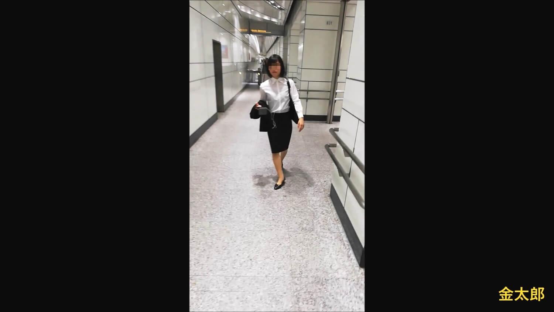 リクルートスーツを着たスラリとした女性