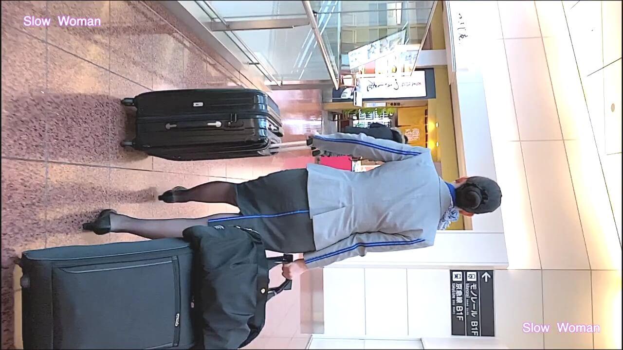 空港内を歩くANAのCA