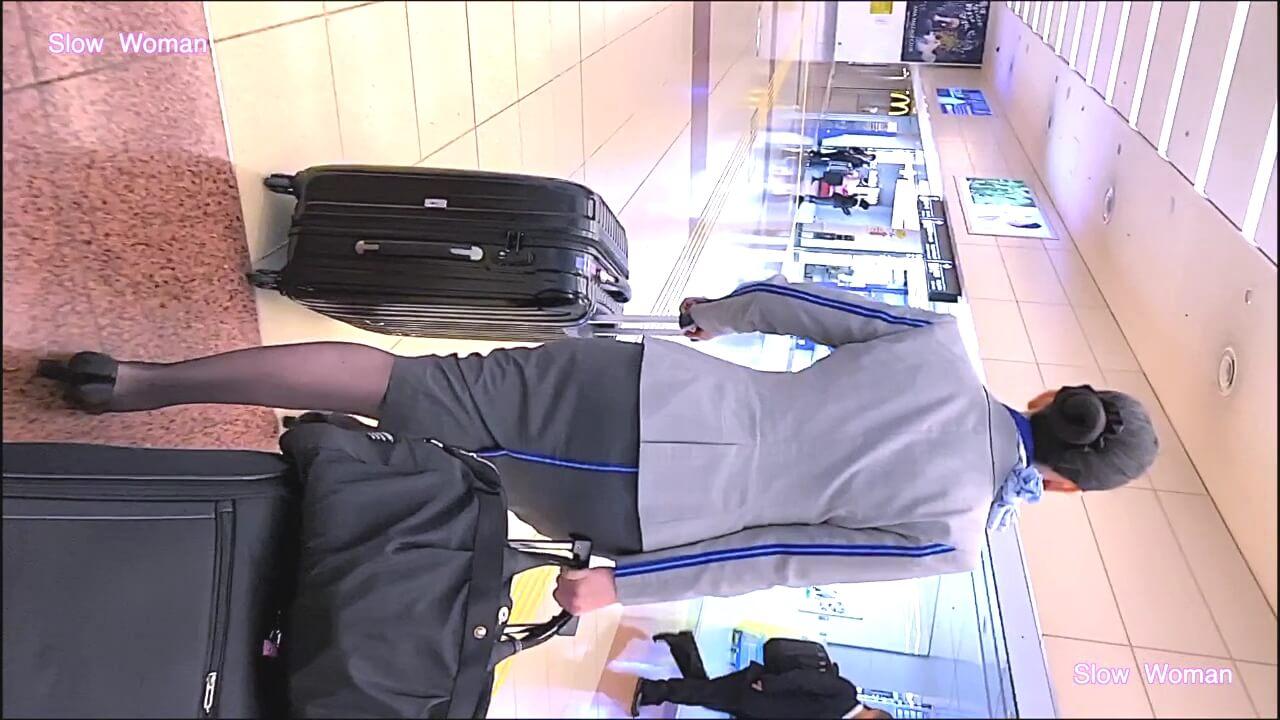 空港内のコンビニに入るANAのCAさん