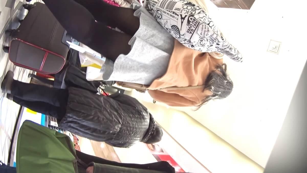 黒タイツを履いた女性