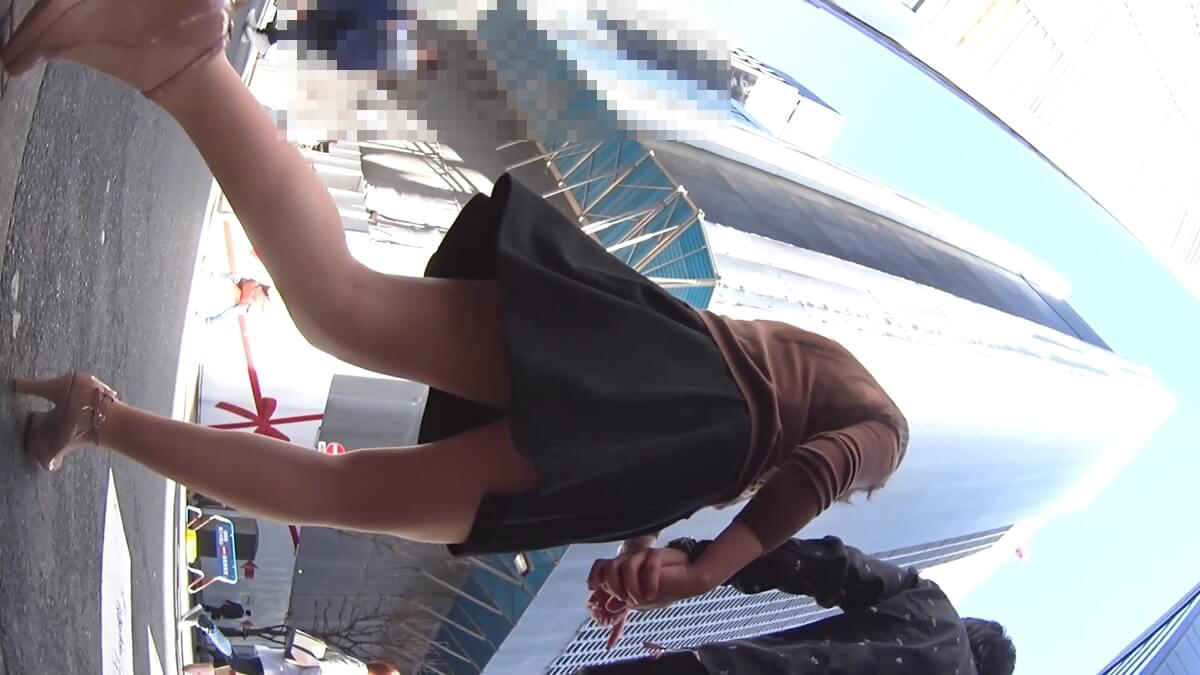 彼氏とデート中のナチュラル系パンストを履いた女性