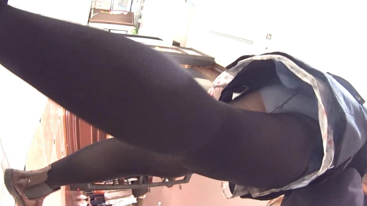 黒タイツを履いた女性を逆さ撮り