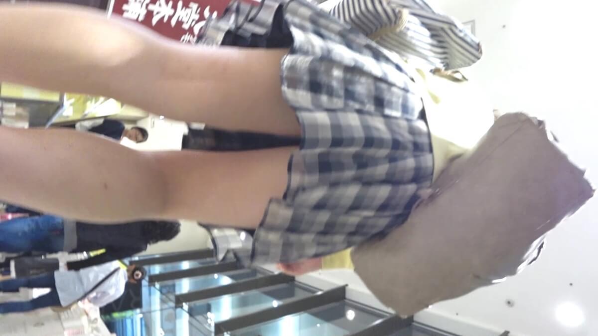 チェックのスカートを履いた女性