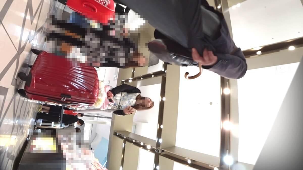 花柄ワンピースを着た女性