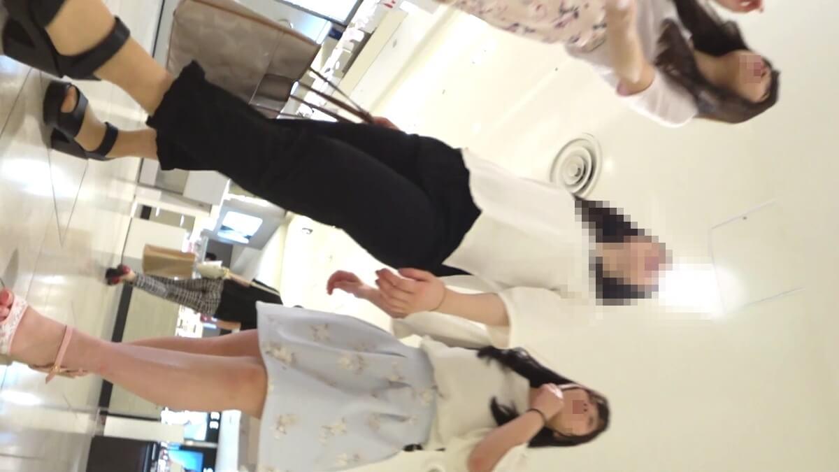 生脚スカートの女性
