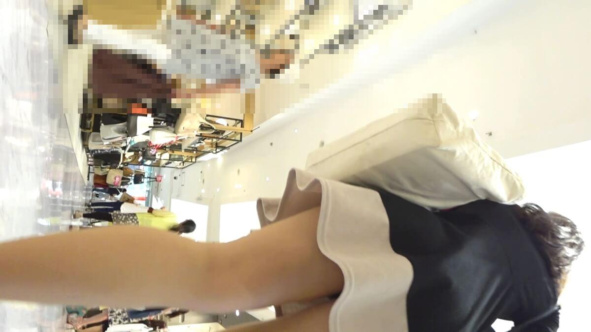 綺麗なワンピースを着たナチュラル系パンストを履いた女性