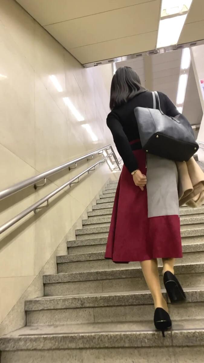 スカートの上からパンツを直す美人女性