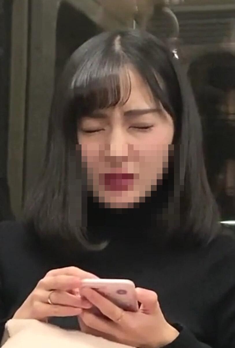 電車内で顔をしかめる美人女性