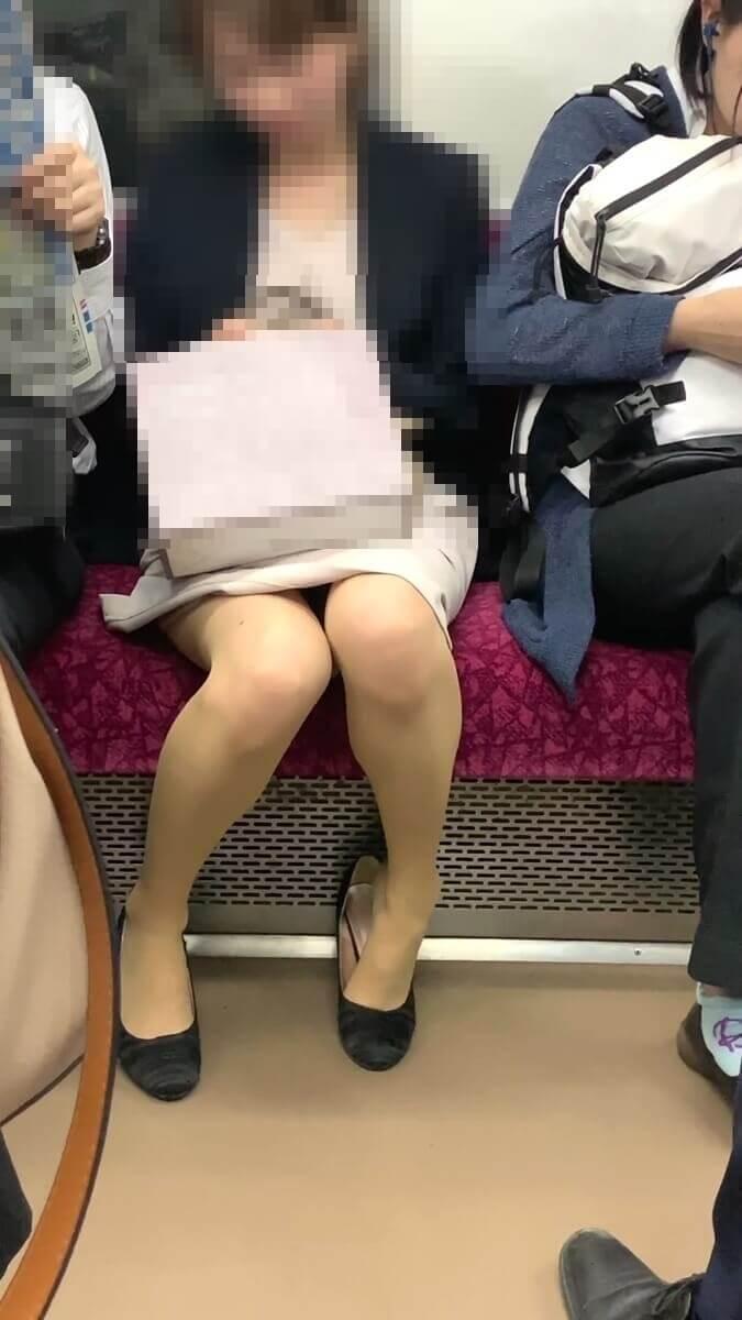 靴からかかとを外すパンストを履いた清楚系美人