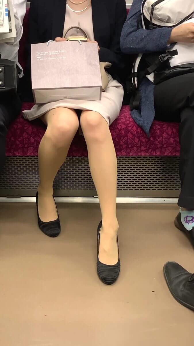パンストの濃淡が素晴らしい清楚系美人の脚