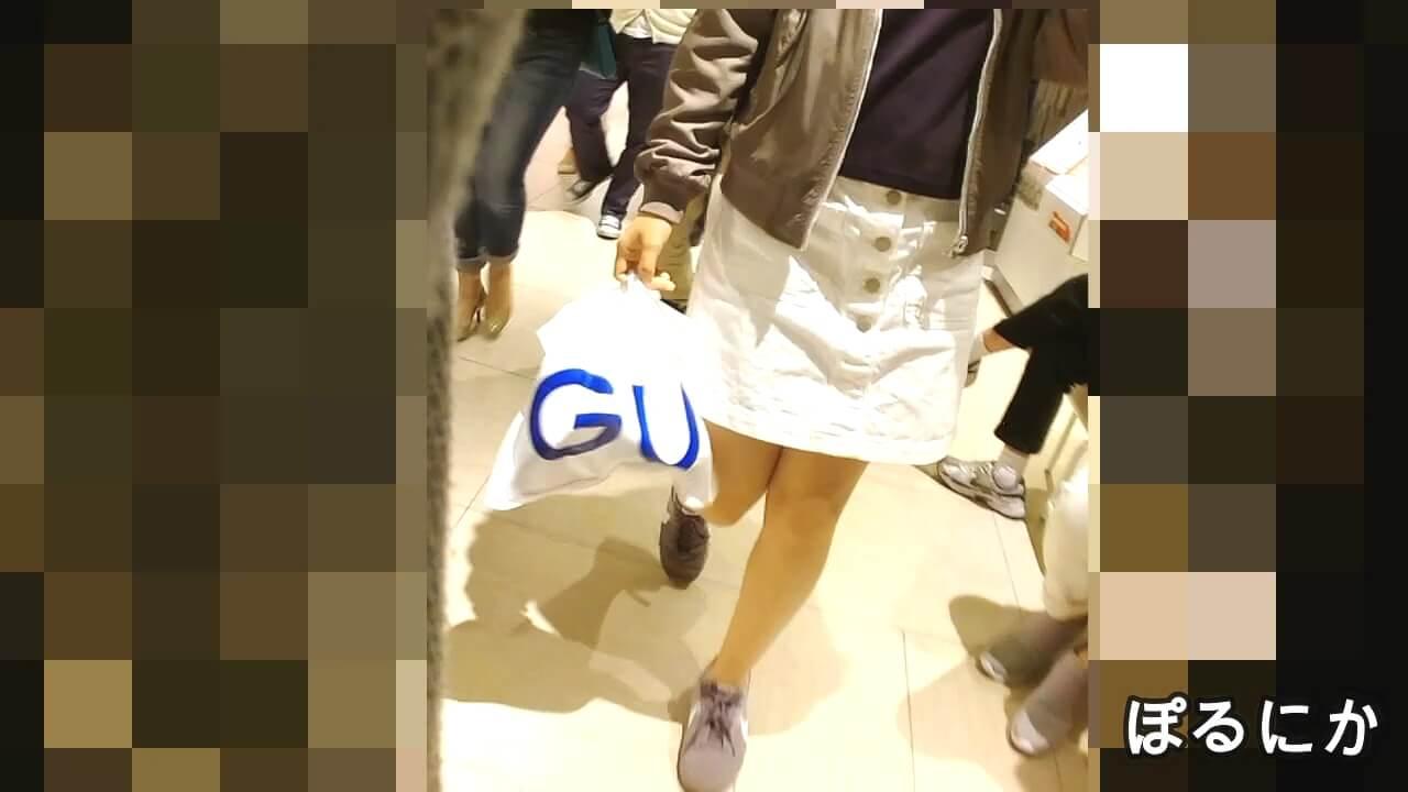 男女交えてショッピング中の女の子