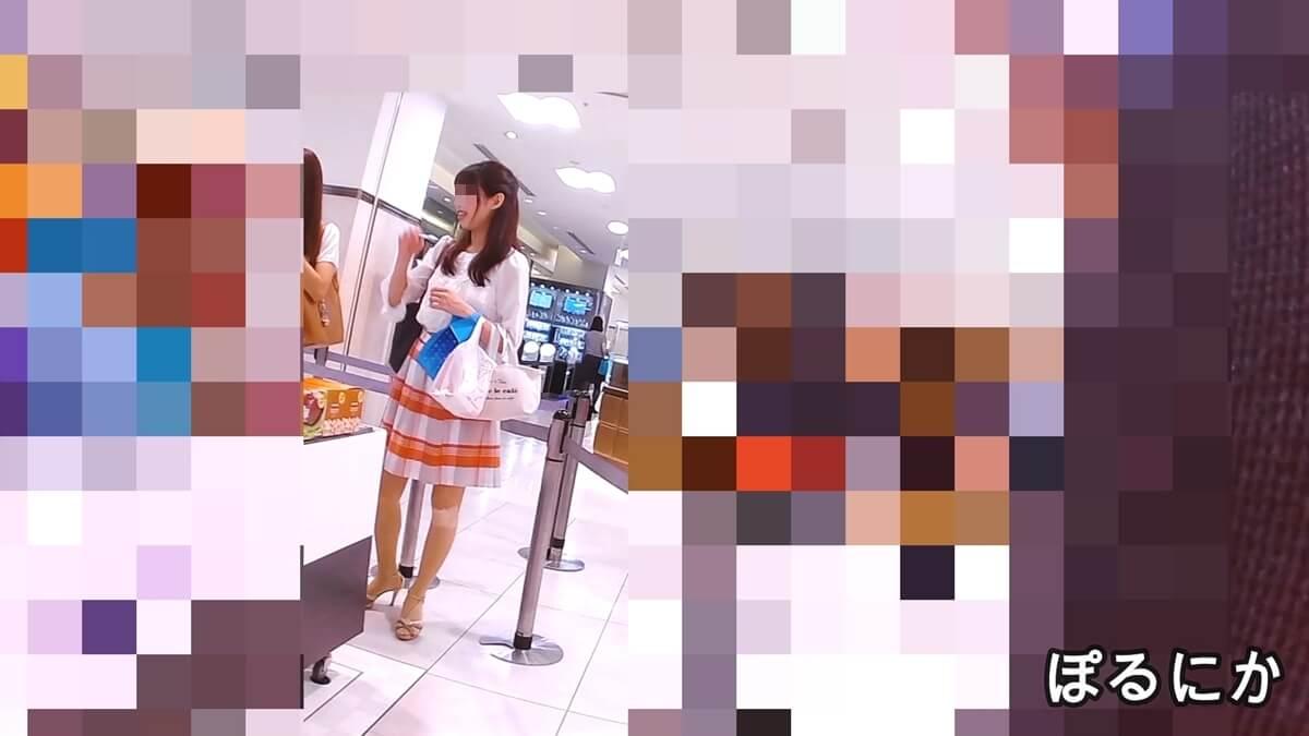 買い物中のスタイルのいい女性