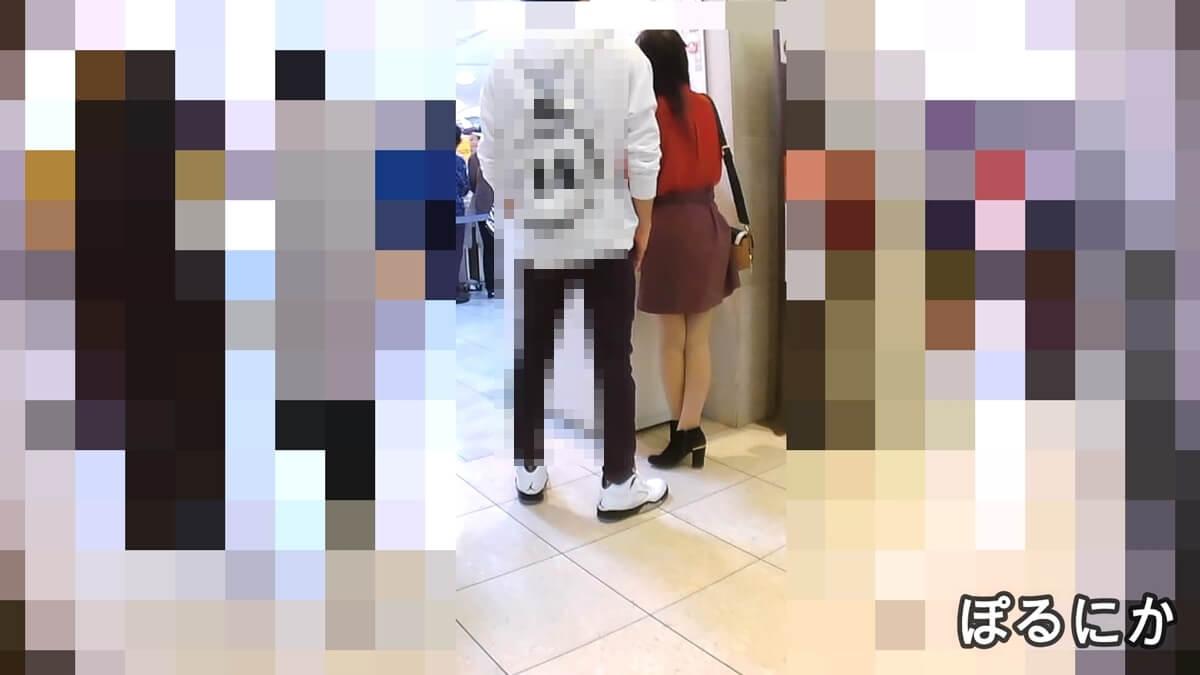 立ち姿がエロい彼氏と買い物中の女性