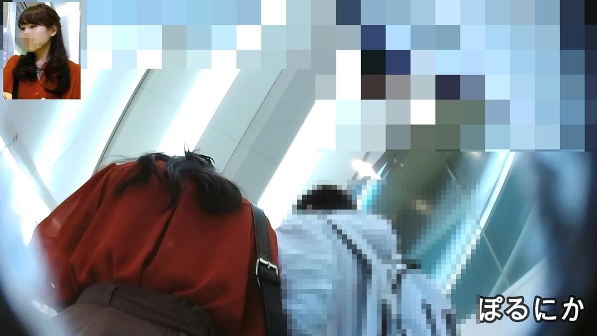 彼氏と横並びでエスカレーターに乗る女性