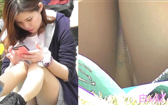 公園でみんなに見られる若ママ~動画~pcolle版-レビュー-スカート掴みそこなって自分のアソコに手が当たっちゃう!