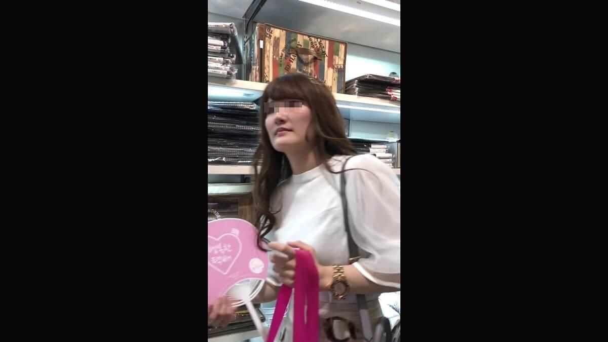 女友達と買い物中の女子大生