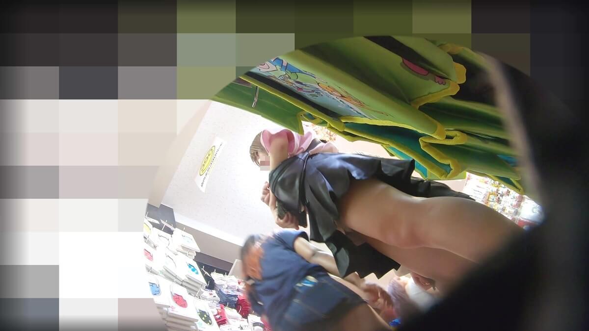 買い物中の女性を下アングルから盗撮
