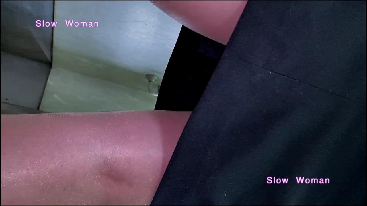 エレベーター内でリクルートスーツを着た女性のスカートにカメラを近づける