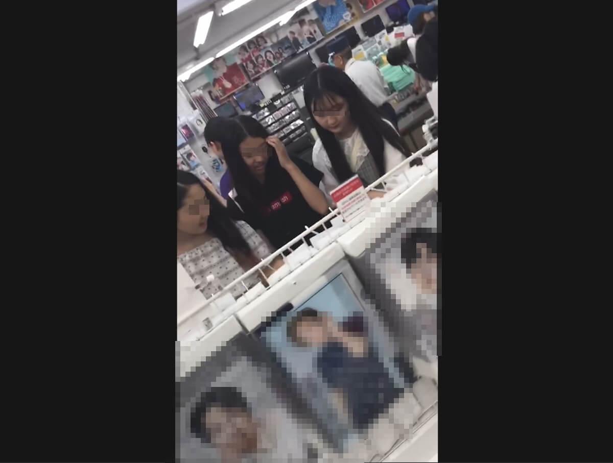 買い物中のJC三人組