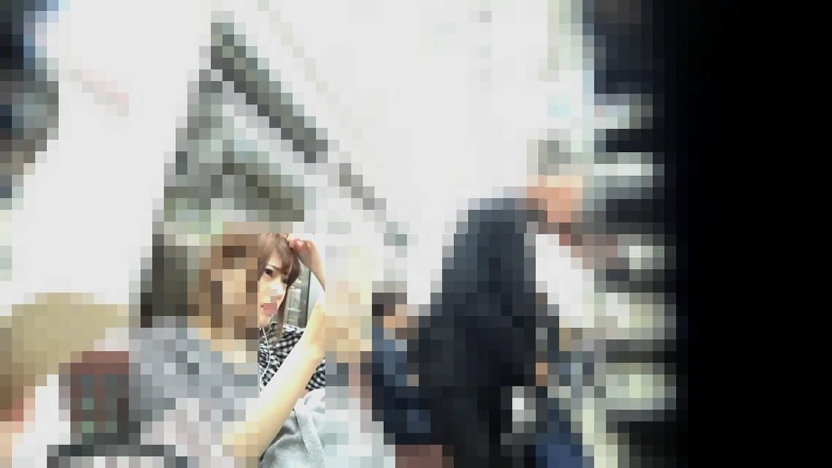 電車の座席で自分の顔を鏡で確認する美人