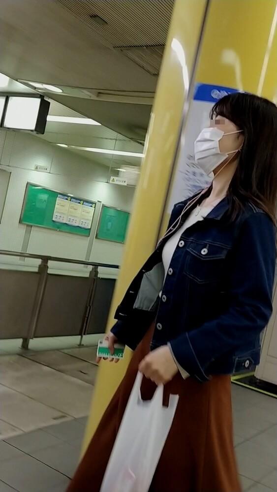 駅構内を歩くOL風の女性