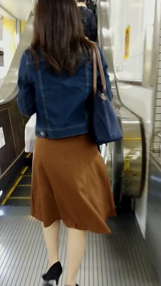 ナチュラル系パンストを履いたOL風の女性