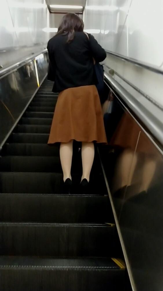 さらに上の階へと進むOL