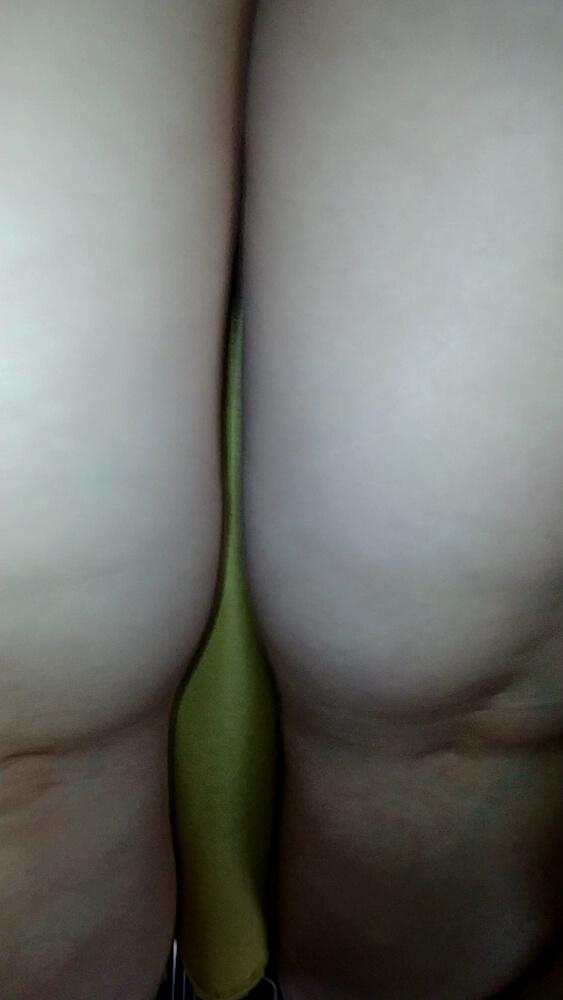 超ロングスカートの女性の素脚の太もも