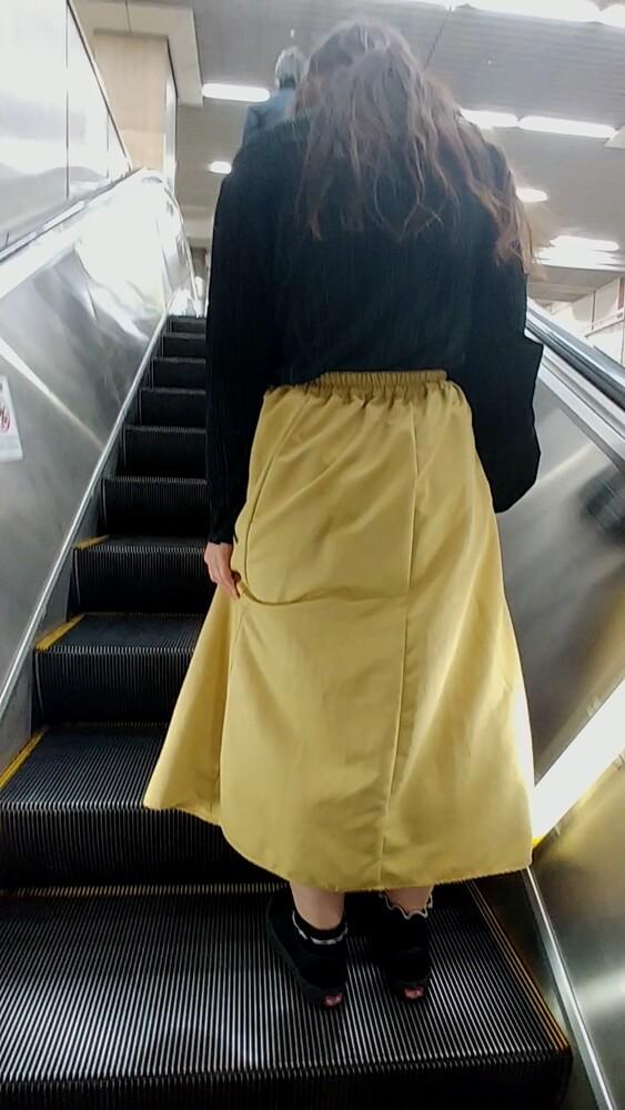 スカートを押さえる超ロングスカートを履いた女性