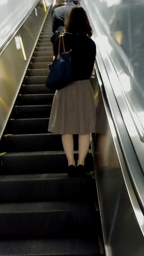ナチュラル系パンストを履いた女性の後ろ姿