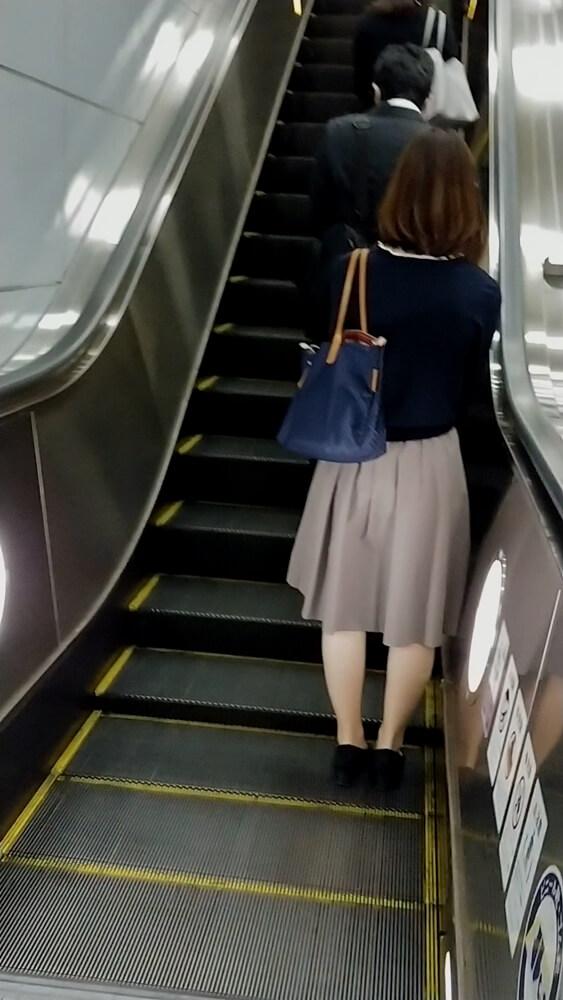 さらにエスカレーターで上の階に上がる女性