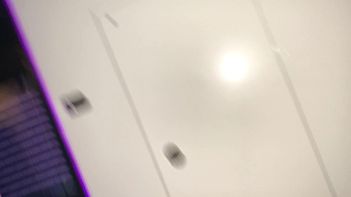カメラの光がゲームに反射
