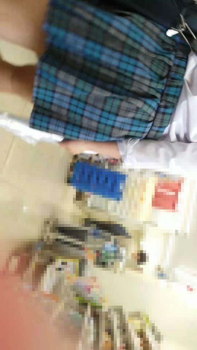 コンビニ店内の青色チェック制服のJK