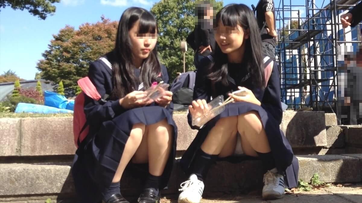美形な制服JK二人組の座りパンチラ