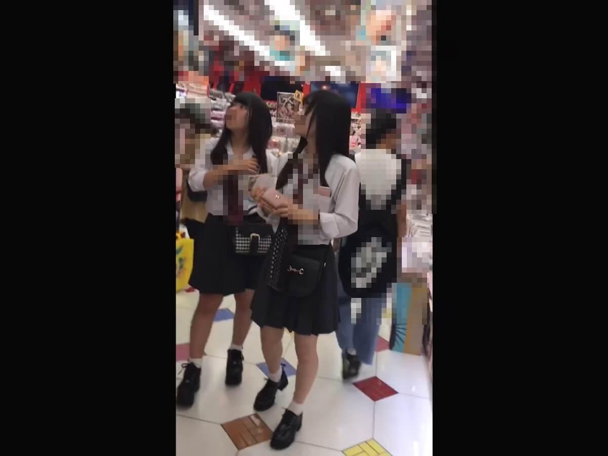 買い物中の制服JK二人組