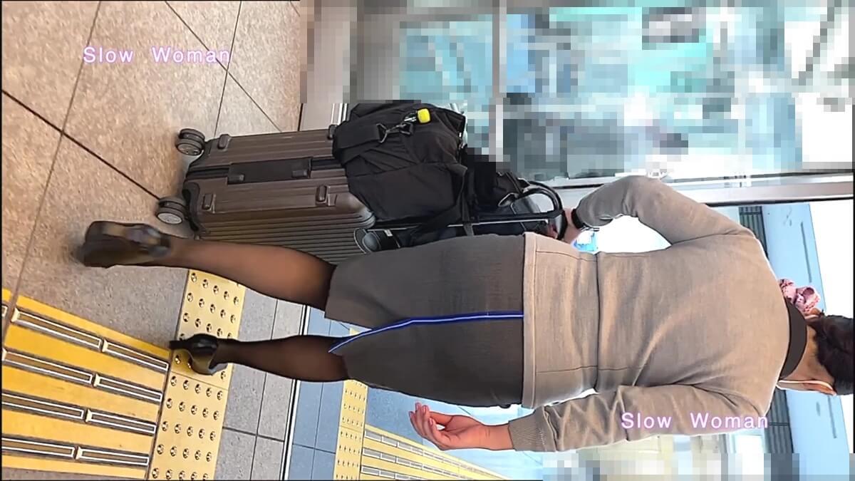 空港に入っていくANAのCAさんを背後から隠し撮り