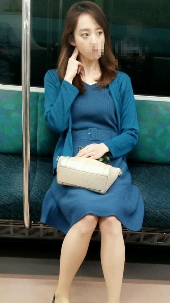 電車の座席に座る大人な女性