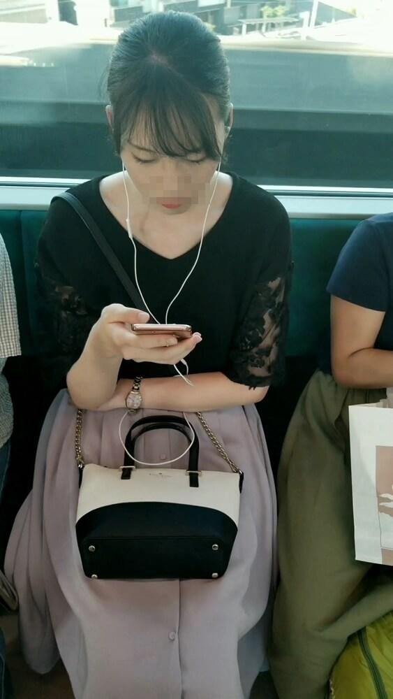 電車の座席に座った綺麗な女性