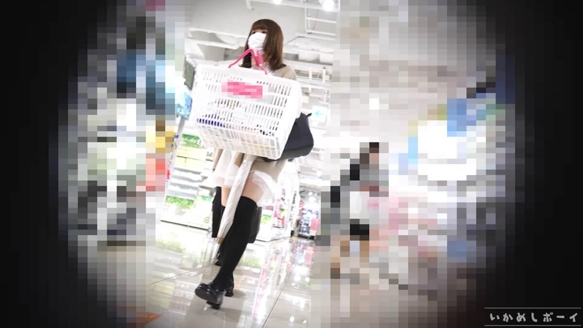 買い物中のニーハイ女子
