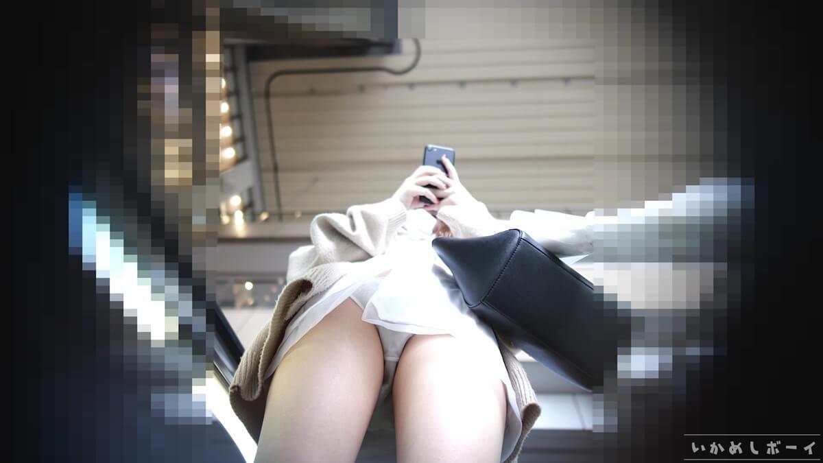 下りのエスカレーターで女性の純白パンツをフロント逆さ撮り