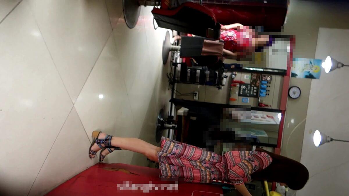 美容室で会計をする台湾人女性