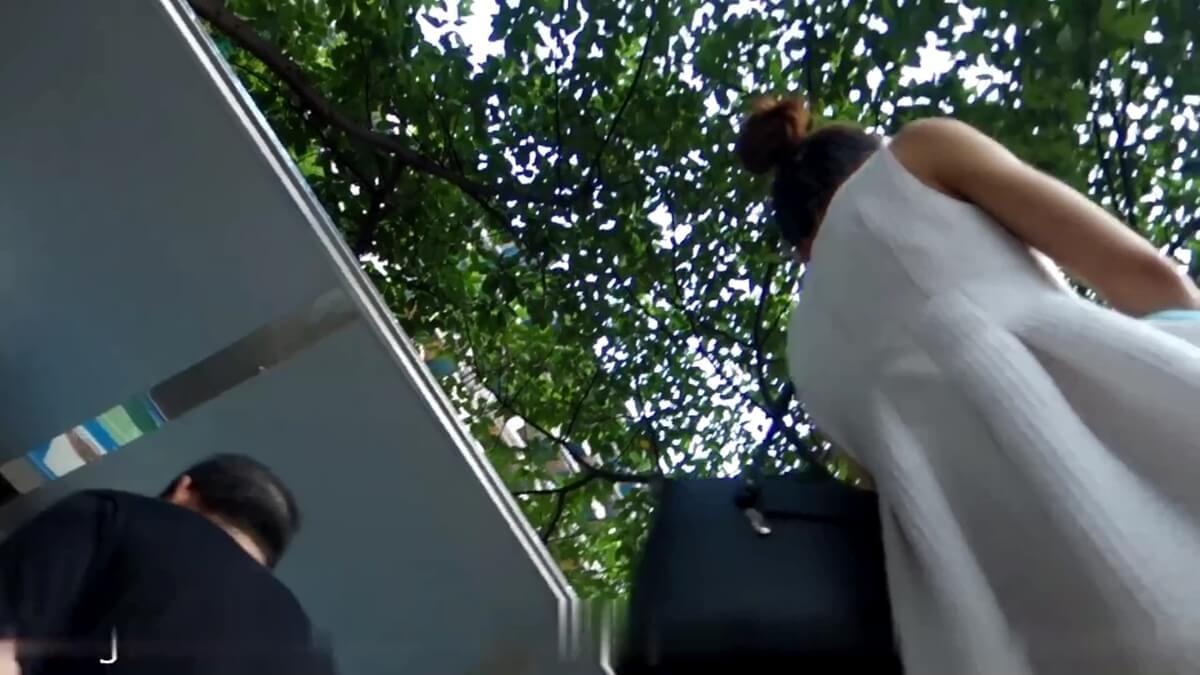 白いワンピースを着た台湾人女性のスカートに盗撮カメラが近づく