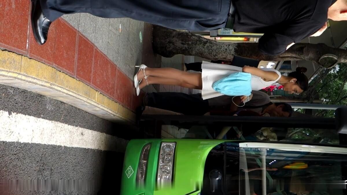 バスに乗る列に並ぶ美しい台湾人女性