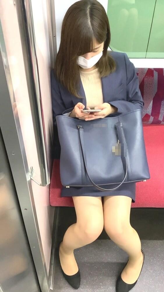 座り方が内股で可愛らしいスーツ姿のOL
