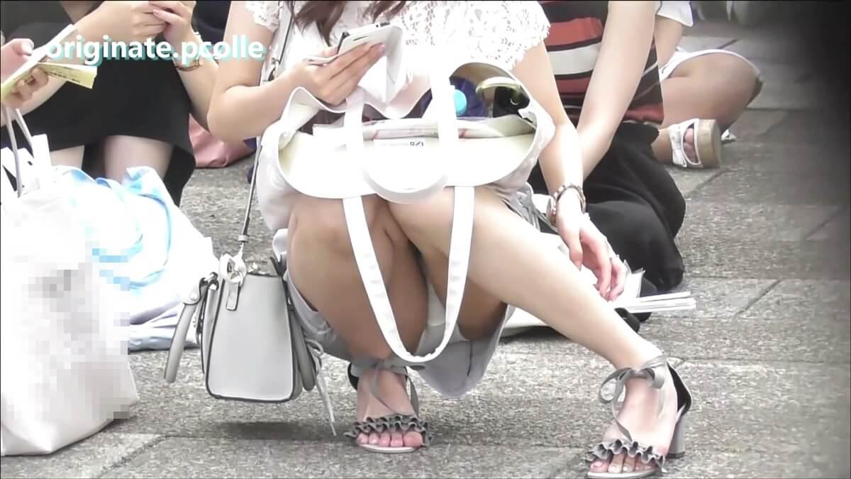 ライブ待ちの女の子が脚を掻く時に片足を広げる