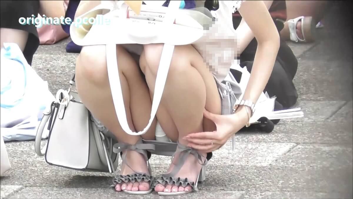 腕がとても細いミニスカ純白パンツ女子